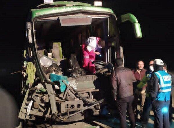 در تصادف اتوبوس با کامیون در جاده قدیم قم 22 نفر مصدوم شدند